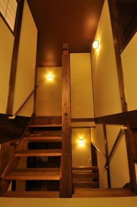 中二階の書斎。左の階段を上れば、2階へと続く