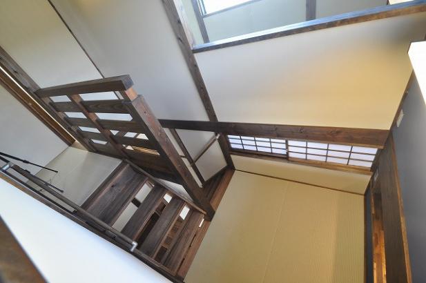 2階から見る中二階の畳の書斎