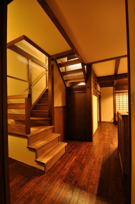 リビング階段からは中二階の書斎へと続く
