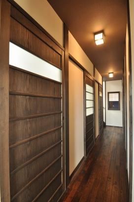 水回りが続く廊下の扉も懐かしいデザインの舞良戸