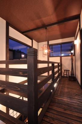 キャットウォークのつり橋のような廊下からは和室を見下ろせます。
