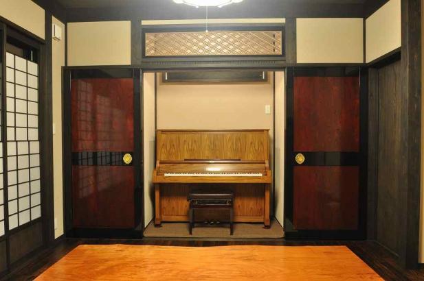 懐かしい帯戸の向こうにはピアノが現れる