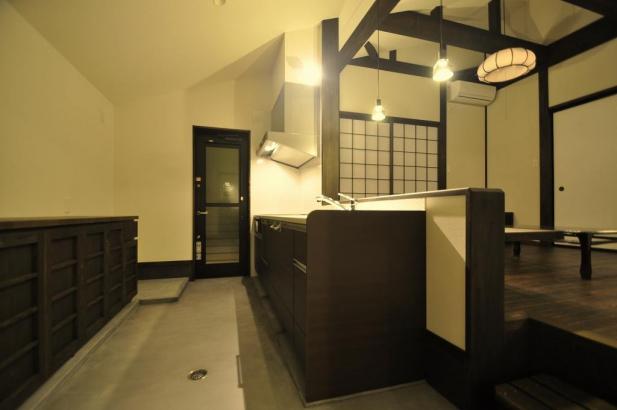 玄関横の台所は土間仕上げ、リビングとの段差は目線が合う高さです。
