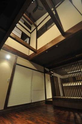 吹抜を見上げると、2階の書斎とロフト部分の隠れ家が見える