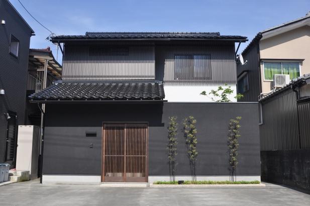 渋い黒塗り壁と格子の外観