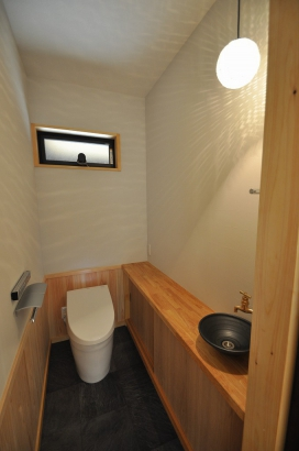明るい広々とした上品なトイレ