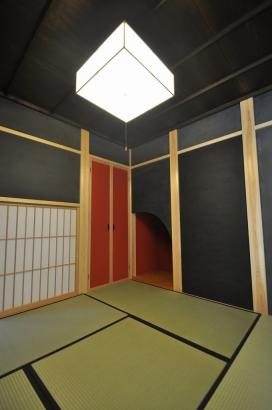 和室には、R壁の朱色の和紙の床の間