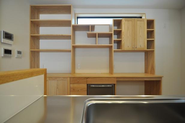 フレイデザインの甲斐氏のキッチンのバック棚