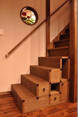 箱階段とステンドグラス