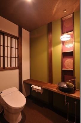 藤色と鶯色をポイントにした上品な雰囲気のトイレ