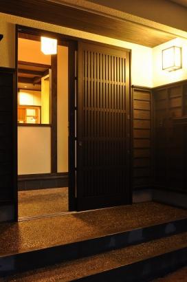 玄関回りの板張りが懐かしい雰囲気です。
