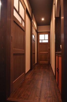 水回りへの廊下はレトロなデザインの建具が並ぶ
