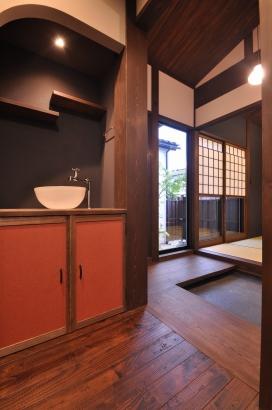 廊下の手洗い鉢にもわの趣として、和紙の壁紙や違い棚を