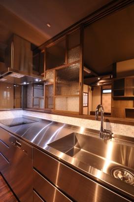 オールステンレスのキッチンと目線を隠すレトロなガラスを用いた建具