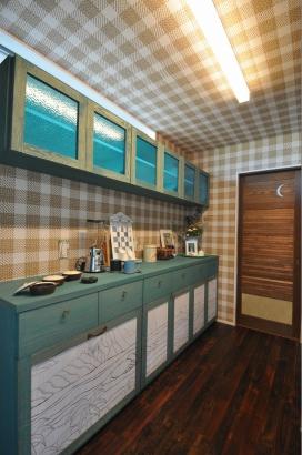 ハワイの風景を描いた食器棚の扉はレーザー加工で仕上げました