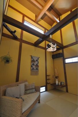 落ちついたからし色の寝室。天井が高く開放感が感じられます。