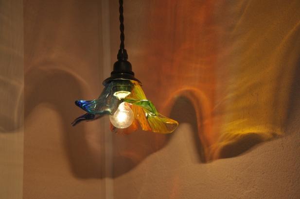 プルメリアをイメージした七色に輝くオリジナルのガラス照明