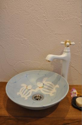 神聖な生き物として崇められるウミガメを描いたオリジナルの九谷の手洗い鉢