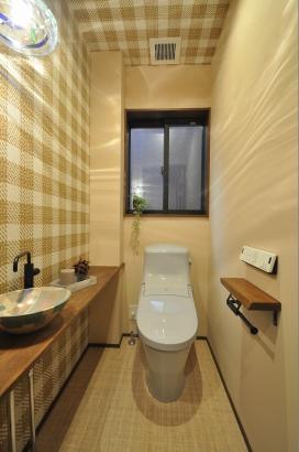 カフェのようなトイレには作家さんのガラスの照明と陶器の手洗い鉢