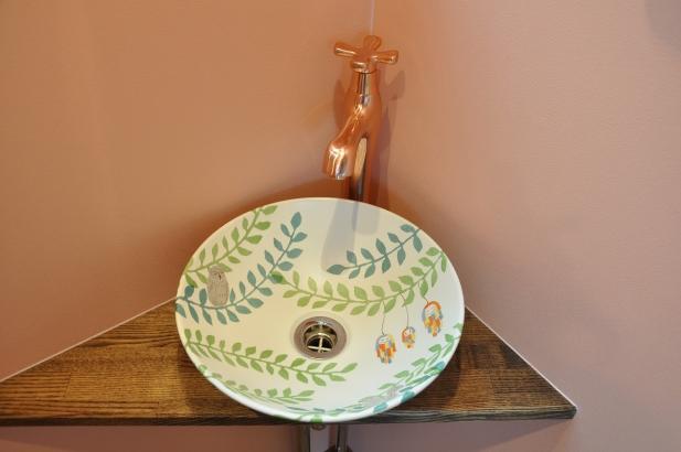 2階のトイレには森の中イメージのオリジナル手洗い鉢