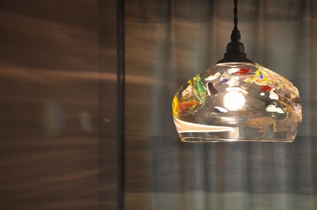 様々な色のガラスの破片を入れて焼き上げたオリジナル照明