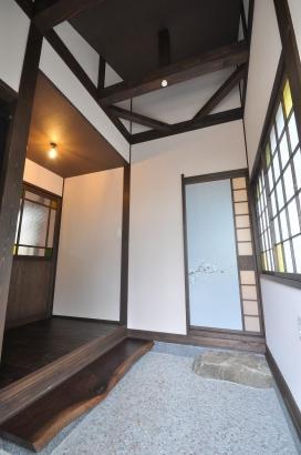 桜が描かれた襖とレトロなガラス建具がある玄関土間