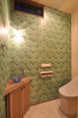 海の中にいるような壁紙のトイレ
