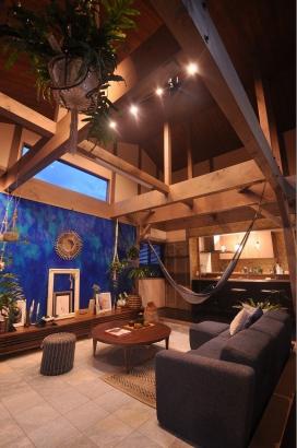 開放的なリビング。高窓からは満月が眺めれます