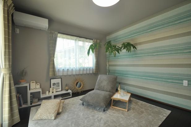 砂浜と水平線のイメージしたストライプの輸入壁紙がアクセントとなる寝室