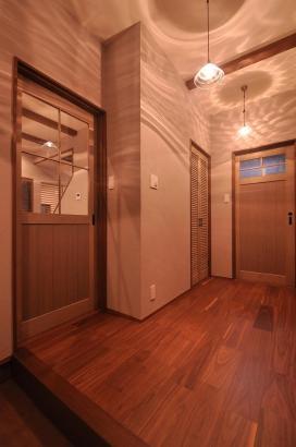 オリジナルガラス照明の印影がロマンチックな玄関