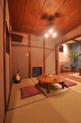 グレーの塗り壁の客室。和のような洋のような雰囲気