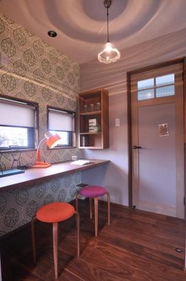 キッチン横にスタディコーナーには海外のレトロな壁紙