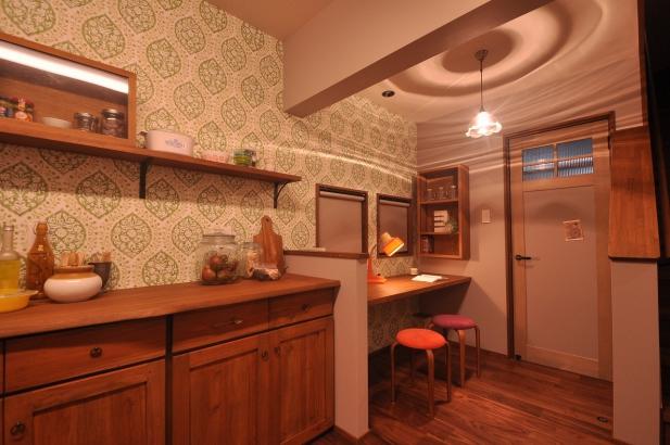 飾り棚には奥様のお気に入りの食器を飾って、居心地の良いキッチン空間に
