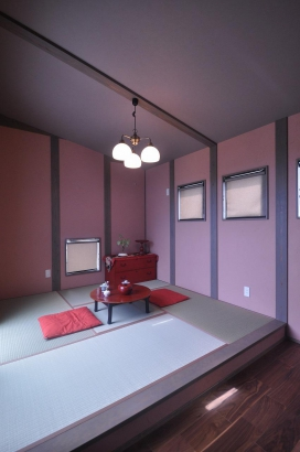 寝室は落ち着いたピンクベージュの塗り壁にスモーキーグレーの柱。レトロで可愛らしい。