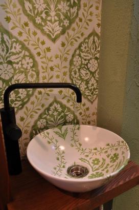 アクセント壁紙と手洗い鉢のデザインが、可愛くレトロです。