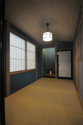 船底天井の和室。紺色の塗り壁で渋い雰囲気です。