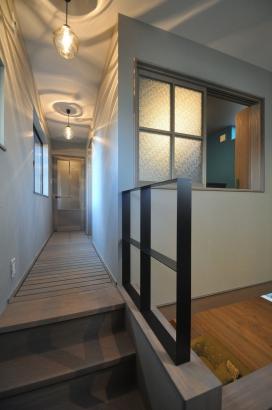 2階の廊下は板張りのキャットウォーク。リビングの空気感が伝わります。