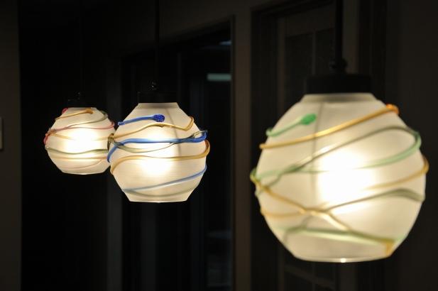 ヨーヨーをイメージして制作した秋友氏のオリジナルガラス照明