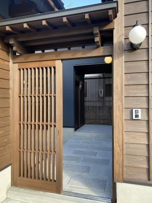 料亭のような門構えの玄関