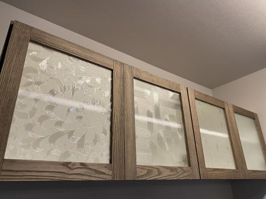 アンティークのデザインガラスを入れ込んだ食器棚