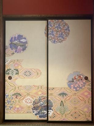 天井の高い玄関土間。足元には京町家の雰囲気をあしらった一二三石。
