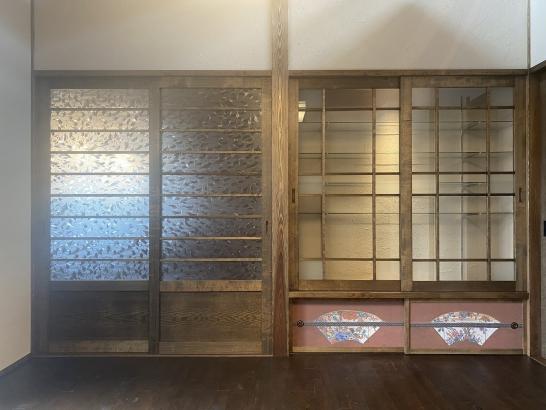 地袋の襖には九谷図柄をシェアアート。ガラスの収納の中にはお施主様の九谷の陶器や骨とう品を飾りまうs。
