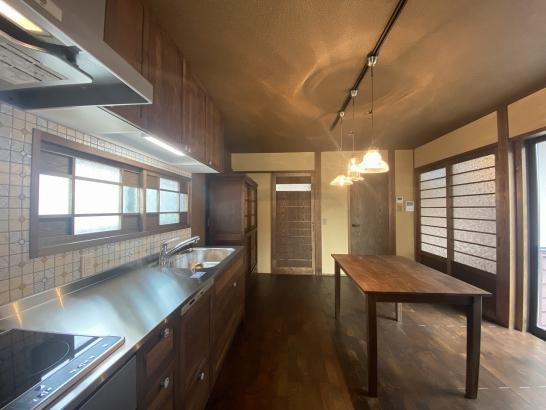 キッチンにはお施主様の好きなレトロタイルがあり、昭和中期の台所の懐かしい雰囲気となっております。