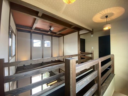 吹抜廊下にはアンティークの着物の金澤照明。天井に映る印影が和傘のようです。