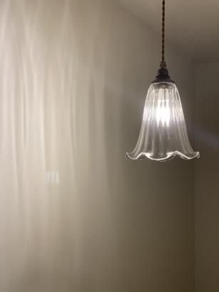 タテモールの印影が美しいガラス作家秋友氏のオリジナル照明