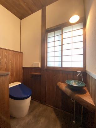 漆塗りの便器のあるトイレ