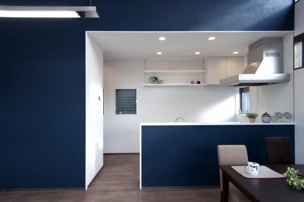 コバルトブルーがキレイなキッチンスペース