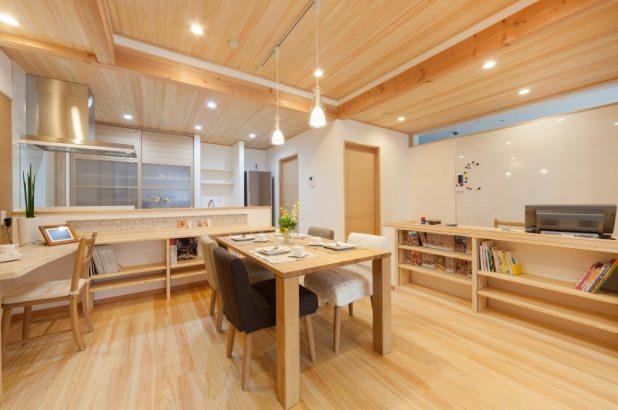 床と天井には檜を使用したLDK。キッチン前には勉強が出来るカウンタースペースもあります。