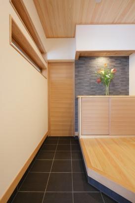こちらは玄関。奥の扉を抜けると、土間収納を経由してキッチンへ直接行けます。