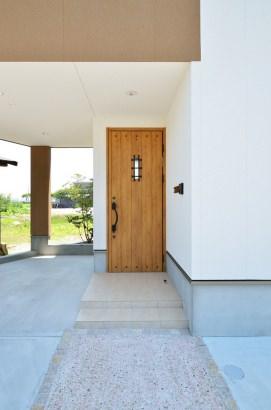 玄関ドアにはロートアイアン調の装飾も。